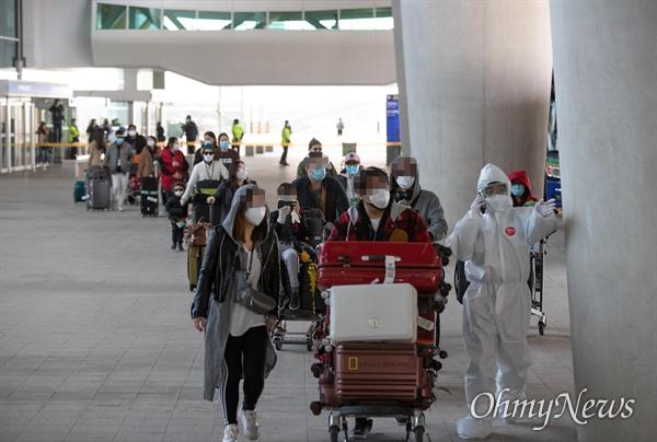 '코로나19' 피해가 극심한 이탈리아 밀라노에서 교민 309명을 태운 전세기가 1일 오후 인천국제공항에 도착했다. 공항에 도착한 교민들이 강원도 평창 숙소행 버스를 타고 있다.