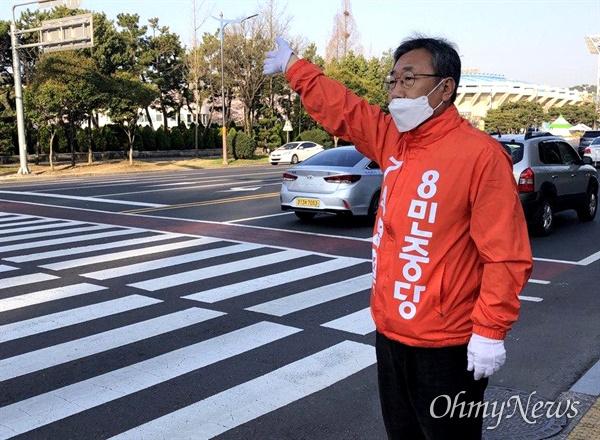 '창원성산' 국회의원선거에 나선 민중당 석영철 후보가 2일 아침 창원 반송사거리에서 출근하는 사람들을 향해 인사하고 있다.