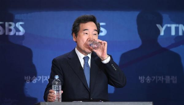 더불어민주당 이낙연 상임공동선대위원장이 2일 오전 서울 양천구 목동 방송회관에서 열린 방송기자클럽 초청 토론회에서 물을 마시고 있다.