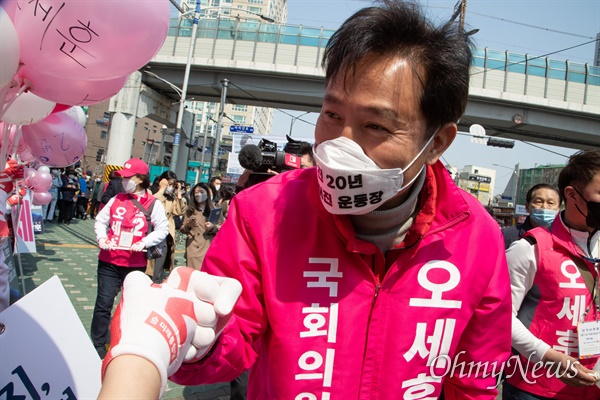 '주먹인사' 하는 오세훈 후보 21대 총선 서울 광진구을에 출마한 미래통합당 오세훈 후보가 2일 오전 광진구 자양사거리에서 열린 출정식에서 지지자들과 '코로나19' 감염예방을 위해 '주먹인사'를 하고 있다.