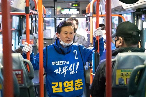 부산진갑 더불어민주당 김영춘 후보가 공식선거운동 첫날인 2일 시내버스를 타고 하루를 시작하고 있다.
