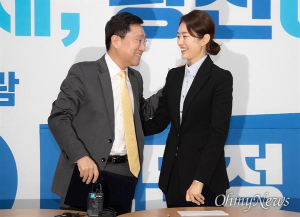 21대 총선 서울 광진구을에 출마한 더불어민주당 고민정 후보와 양정철 민주연구원장이 2일 오전 광진구 고민정 후보 선거사무소에서 정책협약식을 열었다.