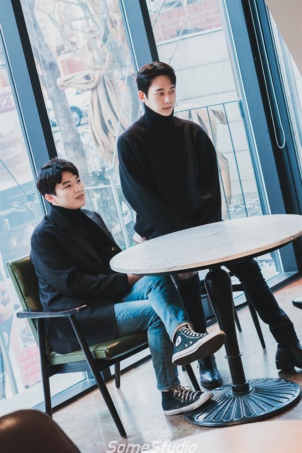 연극 <지구를 지켜라>의 배우 배훈, 채진석..