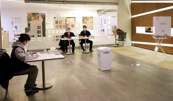 1일(현지시간) 제21대 국회의원 선출을 위한 재외 거주 유권자 투표가 진행되는 터키 이스탄불총영사관 투표소에서 선거사무원들이 마스크를 착용하고 있다.