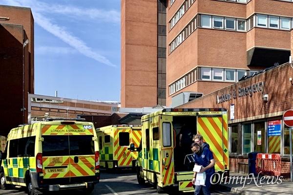 영국 런던의 한 대학병원 응급실 앞에 구급차들이 환자를 실어 나르고 있다.