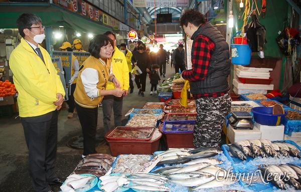 제21대 총선 인천 연수 을에 출마한 이정미 정의당 후보가 2일 오후 인천 연수구 옥련시장을 찾아 상인들과 인사를 나누며 지지를 호소하고 있다.