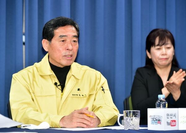 윤화섭 안산시장은 2일, 온라인 브리핑을 통해 1200억 원 규모의 '민생경제 활성화 지원방안'을 발표했다. 사진은 윤화섭 시장의 온라인 브리핑 모습.