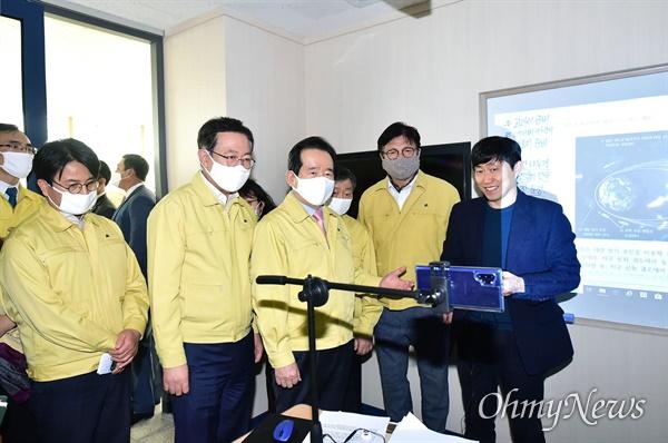 박남춘 인천시장이 4월 2일 인천 초은고등학교를 방문한 정세균 국무총리와 '코로나19' 대응 원격교육 현장을 참관하고 있다. 이 자리에는 도성훈 인천시교육감도 함께 했다.