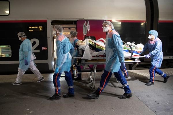 TGV 고속열차로 코로나19 환자를 이송중인 프랑스 의료진.