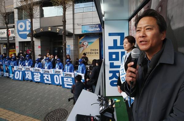 4·15 총선 공식 선거운동 개시일인 2일 오전 서울 광진구 자양사거리에서 임종석 전 대통령 비서실장이 더불어민주당 광진을 고민정 후보 지원 유세를 하고 있다.