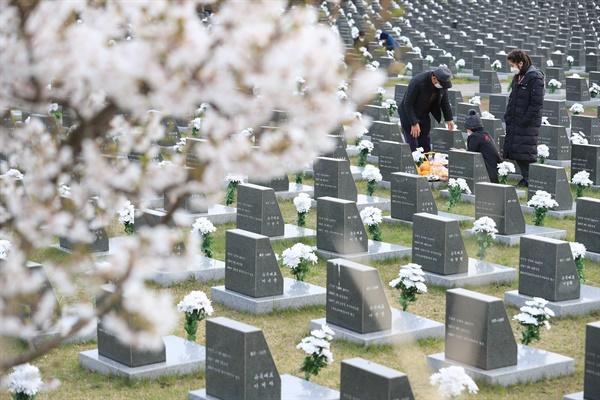 72주년 제주 4·3 희생자 추념식이 예정된 3일 오전 유가족이 제주시 봉개동 4·3평화공원 내 행불인 표석을 찾아 희생자의 넋을 위로하고 있다.