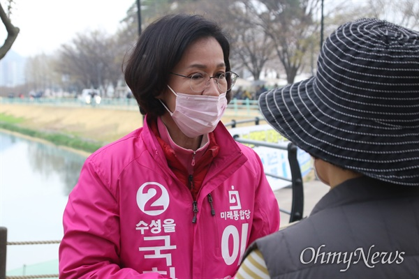 이인선 미래통합당 후보가 지난달 28일 수성못에서 유권자들을 만나 자신을 홍보하고 있다.