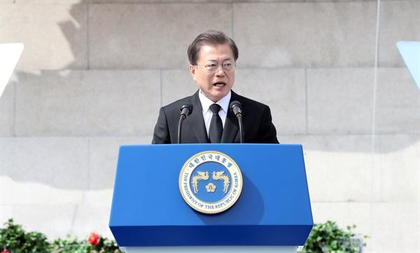 문재인 대통령이 3일 제주 4·3 평화공원에서 열린 '제72주년 제주 4·3 희생자 추념식'에서 추념사를 하고 있다.