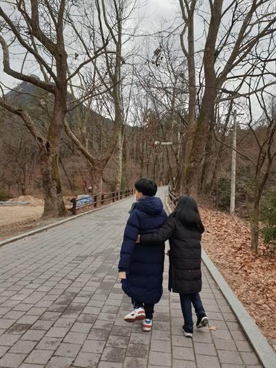 산책 중인 쌍둥이 남매