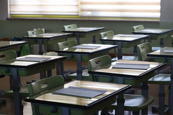 코로나19 확산 우려로 개학일이 미뤄진 3월 30일 서울의 한 초등학교 교실 책상에 학습지가 올려져 있다.