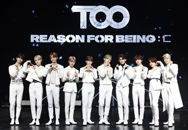'TOO' 동양 가치관 지향! 보이그룹 TOO(티오오)가 1일 오후 온라인으로 진행된 첫 번째 미니앨범 < REASON FOR BEING: 인(仁) > 발매 기념 미디어 쇼케이스에서 포토타임을 갖고 있다. 글로벌 K-POP 아이돌 성장 일기 Mnet '투 비 월드 클래스(TO BE WORLD KLASS)'를 통해 탄생된 TOO는 Ten Oriented Orchestra의 약자로 '10가지 동양의 가치관을 지향하는 오케스트라'를 뜻하는 10인조 그룹이다. 멤버별로 치훈은 묵(墨), 동건은 신(信), 찬은 예(禮), 지수는 수(數), 민수는 심(心), 재윤은 의(義), 제이유는 인(仁), 경호는 덕(德), 제롬은 생명(生命), 웅기는 지(知)를 각각의 가치관으로 표현하고 있다.