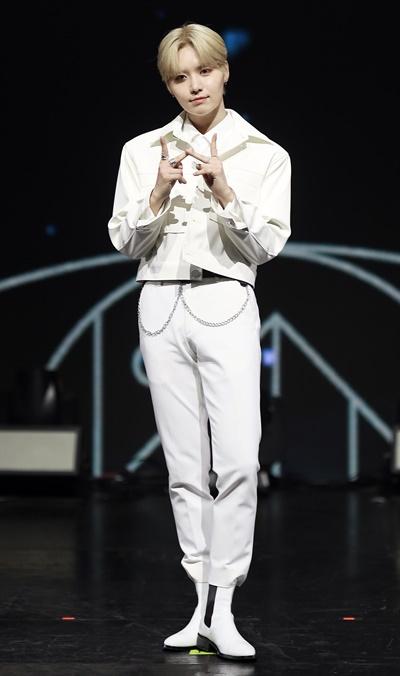 'TOO' 재윤, 의(義)로운 소년 보이그룹 TOO(티오오)의 재윤이 1일 오후 온라인으로 진행된 첫 번째 미니앨범 < REASON FOR BEING: 인(仁) > 발매 기념 미디어 쇼케이스에서 포토타임을 갖고 있다. 글로벌 K-POP 아이돌 성장 일기 Mnet '투 비 월드 클래스(TO BE WORLD KLASS)'를 통해 탄생된 TOO는 Ten Oriented Orchestra의 약자로 '10가지 동양의 가치관을 지향하는 오케스트라'를 뜻하는 10인조 그룹이다. 멤버별로 치훈은 묵(墨), 동건은 신(信), 찬은 예(禮), 지수는 수(數), 민수는 심(心), 재윤은 의(義), 제이유는 인(仁), 경호는 덕(德), 제롬은 생명(生命), 웅기는 지(知)를 각각의 가치관으로 표현하고 있다.