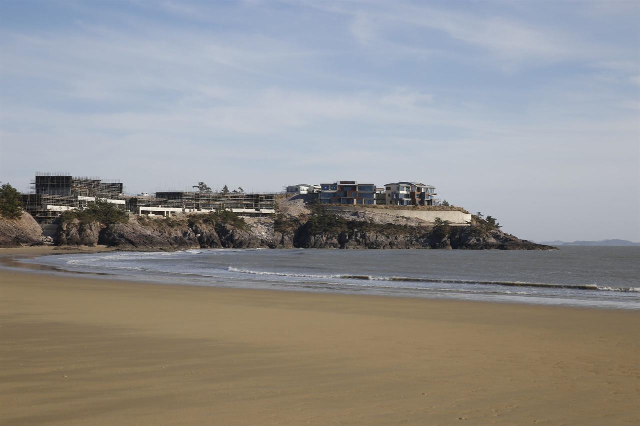 전라남도와 신안군의 투자 유치로 자은도 해변에 들어서고 있는 리조트. 올 여름 개장 예정으로 현재 건설공사를 하고 있다.