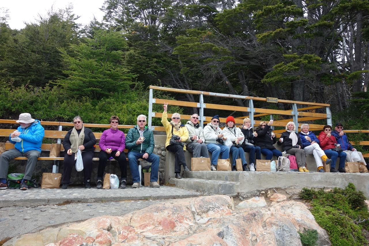 빙하를 관람하며 식사하는 프랑스 관광객들. 이 사진을 찍은후 이들의 카메라를 하나 하나 들어야했다.