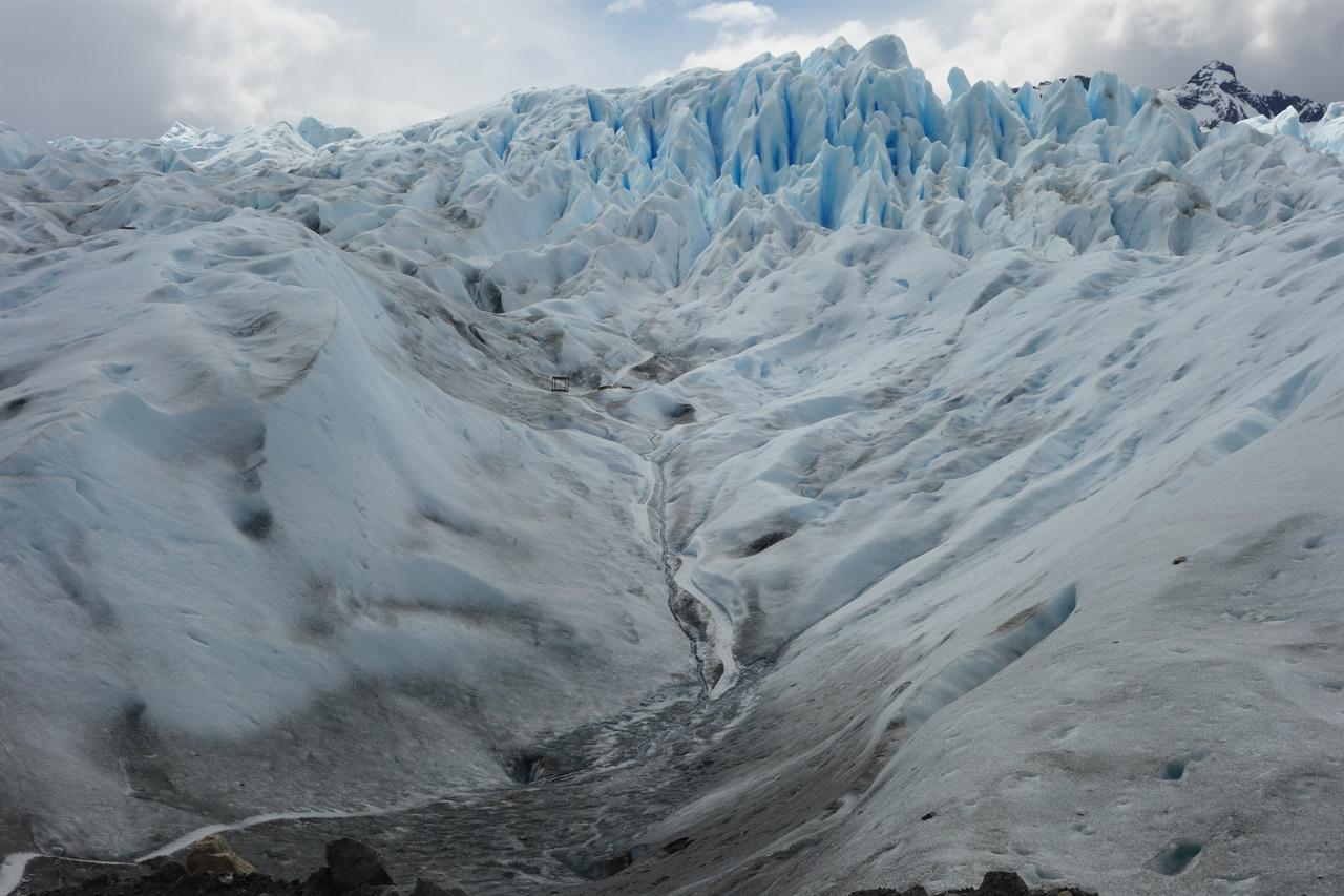 빙하 트레킹 출발점. 빙하에 계곡이 있고 산이 있고 샘도있다.