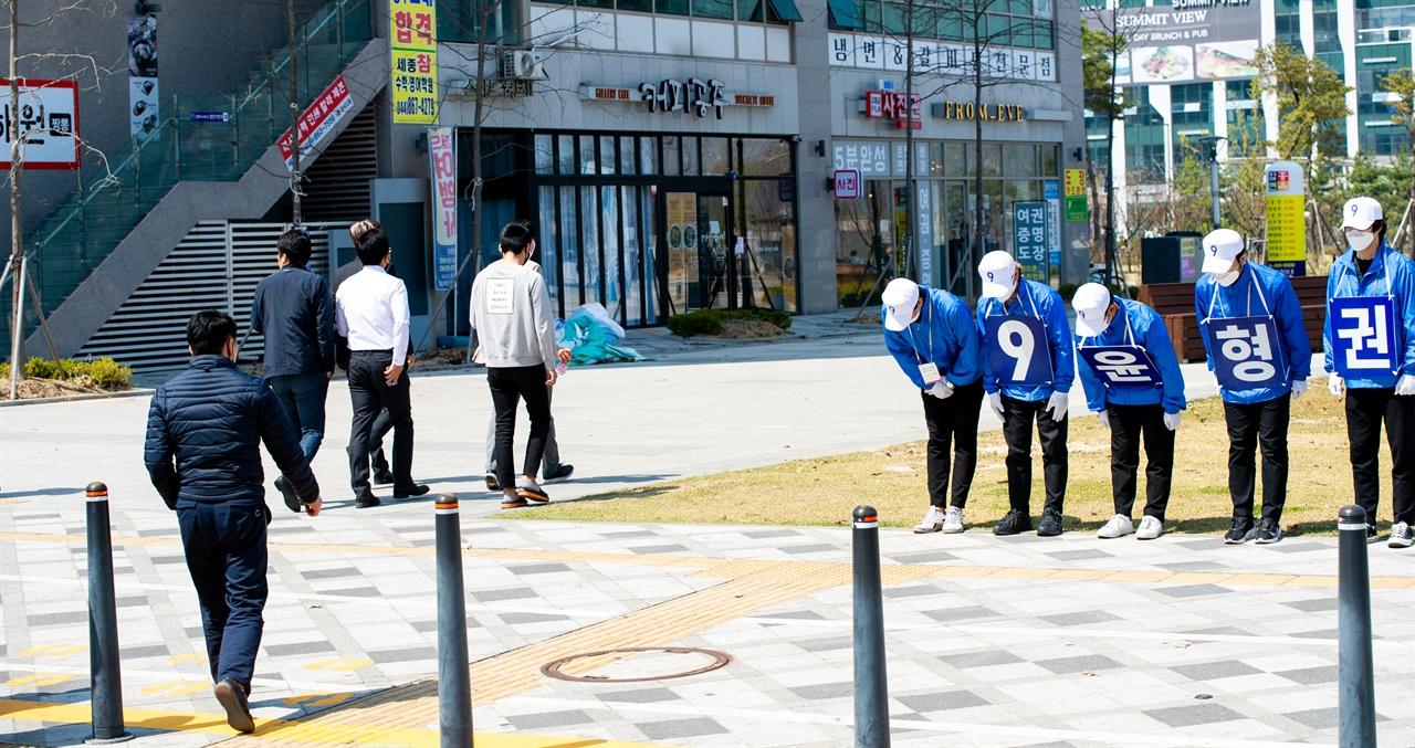 지지를 호소하는 윤형권 선거운동원들 3일 오후 12시, 세종특별자치시청 앞 도로에서 무소속 윤형권 후보 선거운동원들이 지나는 시민들에게 지지를 호소하고 있다.