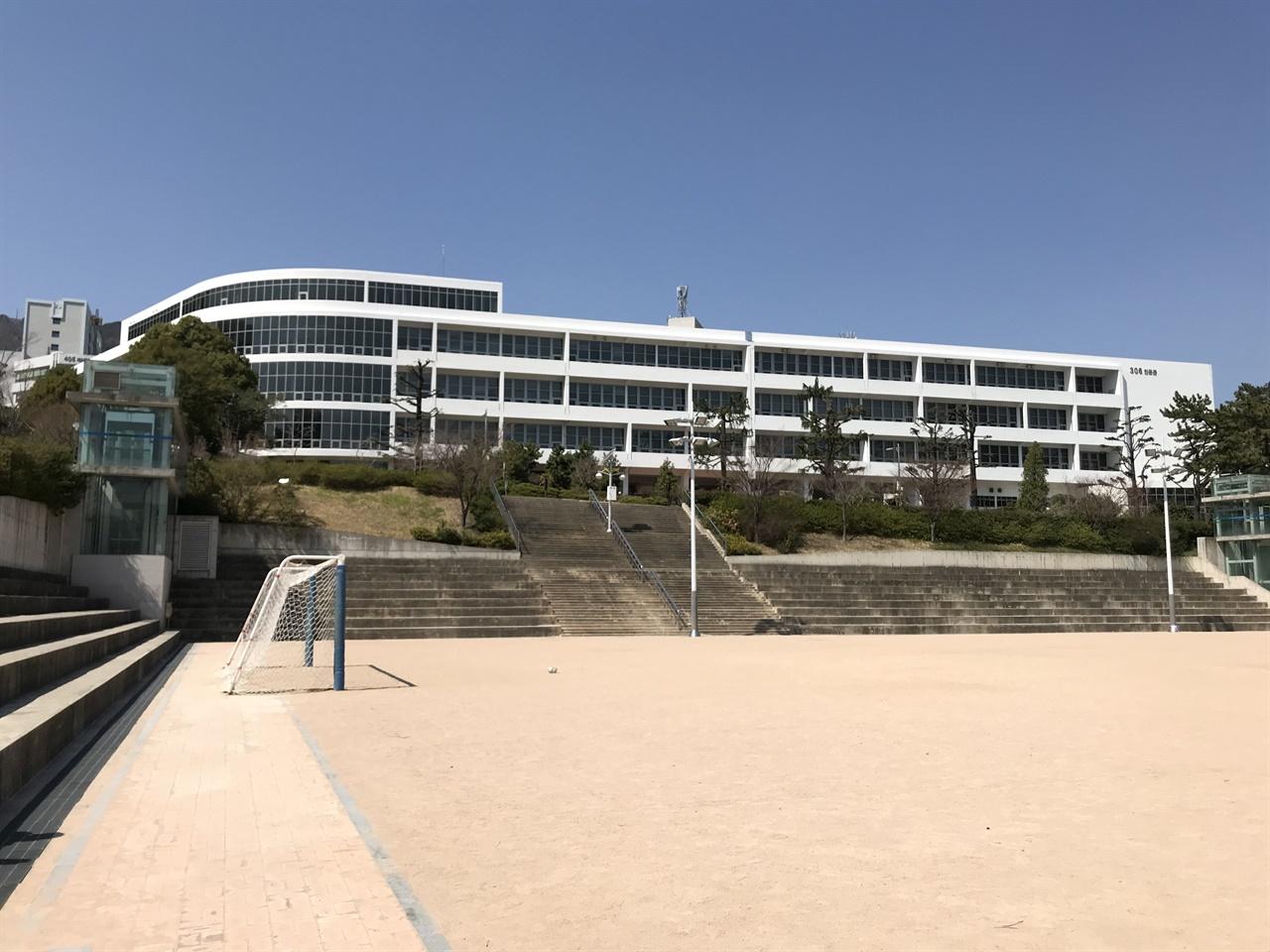 부산대학교 인문관 부산대 본관으로 지은 건물이다. 1956년 건축가 김중업이 설계해서 1957년 9월 공사를 시작, 1959년 10월 완공한 건물이다. 1층은 사람들이 편하게 지날 수 있도록 필로티로 구성했다. 건물이 곡면으로 휘는 부분에 출입구와 중앙 계단, 전면 유리를 배치했다. 중앙 계단을 통해 오르내릴 때 유리를 통해 파노라마로 펼쳐지는 전망을 접할 수 있다. 계단실 뒤편으로 모자이크 창을 내서 조형미를 강조했다. 서강대 본관, 제주대 본관과 함께 김중업이 지은 3대 대학 건축물로 꼽힐 곳이다. 부마항쟁 당시 계엄군의 지휘본부로 쓰이기도 했다. 인문관 앞 운동장은 넉넉한터다. 2015년 8월 17일 총장 직선제를 주장하며 본관 4층에서 투신 사망한 부산대 고현철 교수의 추모 조형물도 인문관 앞에 있다.