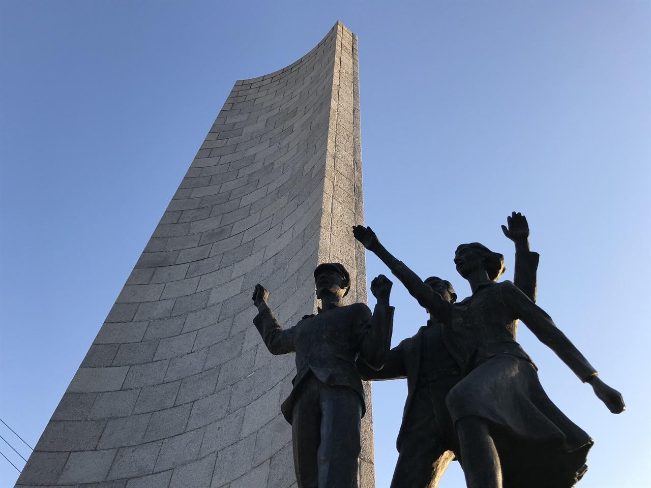 마산 3.15의거기념탑 1960년 3월 15일 마산에서 일어난 '의거'를 기념해서 1962년 7월 10일 세웠다.  1979년 10월 18일 오후 학교를 빠져나온 경남대 학생들은 이곳에 집결했다. 경남대 학생과 합류한 마산 시민들은 '마산항쟁'을 이어갔다. 마산에서 일상 영역의 공권력을 상징하는 파출소 공격이 나타난 건 1960년 3.15와 1979년 10.18뿐만이 아니다.  1946년과 1987년에도 파출소에 대한 공격이 있었다. 해방과 1987년 민주화 투쟁 국면에서도 마산 시민은 적극적으로 시위에 나섰다.