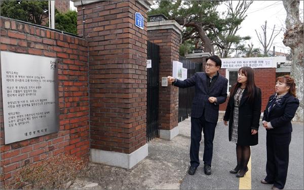 더불어민주당 황운하(대전 중구) 후보가 대전 관사촌을 돌아보고 있다.