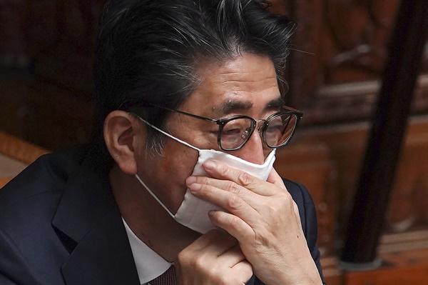 아베 신조 일본 총리가 지난 3일 참의원 본회의에 참석, 쓰고 있던 마스크를 조절하고 있다. 일본의 신종 코로나바이러스 감염증(코로나19) 확진자 수는 전날 하루에만 241명 늘어나는 등 연일 급증세를 보이고 있다.