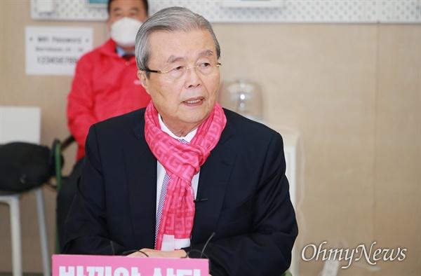 김종인 미래통합당 총괄선대위원장이 4일 부산을 찾아 화력지원에 나섰다. 이날 오전 통합당 부산시당사에서 기자들과 간담회를 열고 있는 김종인 위원장.