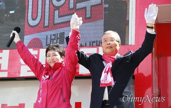 4.15총선을 11일 남겨놓은 4일 부산을 찾은 김종인 미래통합당 총괄선대위원장이 이언주 후보가 출마한 남구을을 방문해 지원유세를 펼치고 있다.