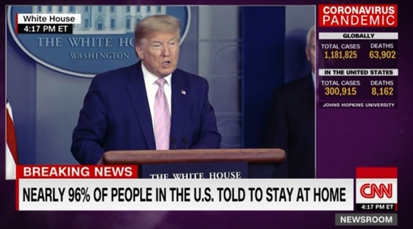 도널드 트럼프 미국 대통령의 코로나19 대응 브리핑을 보도하는 CNN 뉴스 갈무리.
