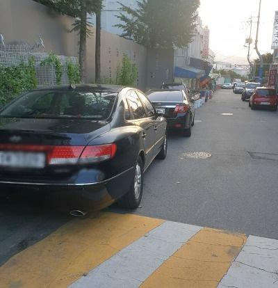 춘천 시내에 불법 주정차한 차량들의 모습