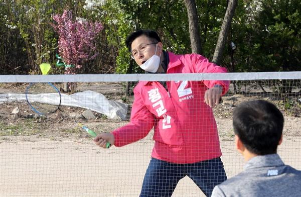 미래통합당 서울 종로 황교안 후보가 5일 오전 서울 종로구 동숭동 낙산공원 배드민턴장을 찾아 시민들과 배드민턴을 치고 있다.