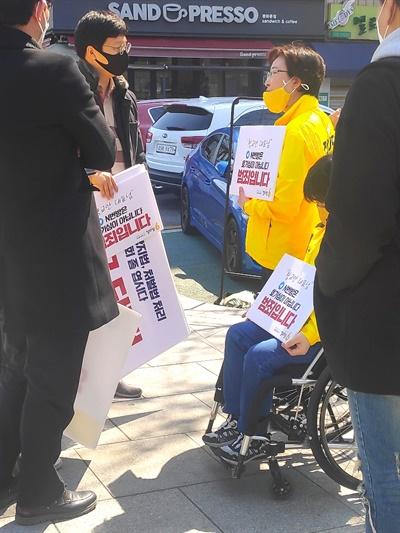 정의당 비례대표 후보들이 5일 서울 종로구 황교안 미래통합당 대표 사무실 앞에서 'n번방 발언' 사과를 요구하는 긴급 시위를 벌였다.