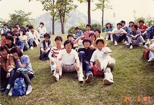 1987년 5월 서울대에서 열린 대학영화연합 출범식에 참석한 한양대학교 소나기 장윤현 감독, 윤덕원 작가, 김연준 배우 등