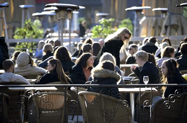 지난 3월 26일 스웨덴 센트럴 스톡홀름의 광장에 있는 야외 카페에 사람들이 앉아있다.