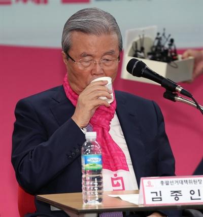 미래통합당 김종인 총괄선거대책위원장이 6일 오전 서울 영등포구 미래통합당 당사에서 열린 서울 현장 선거대책위원회 회의에서 물을 마시고 있다.