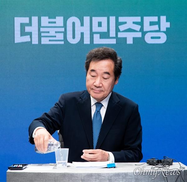 제 21대 총선 종로에 출마한 더불어민주당 이낙연 후보가 6일 오후 서울 강서구  한 방송제작센터에서 종로구 선관위 주최 토론회를 준비하고 있다.