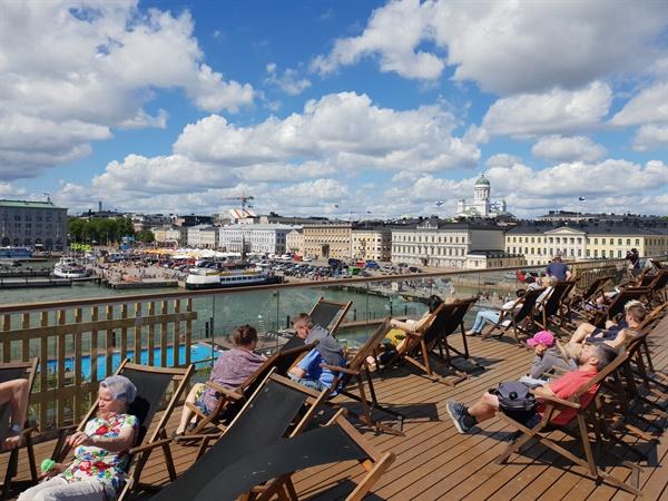 핀란드는 산과 호수와 바다의 나라다. 작년 여름 헬싱키 항구에서 일광욕을 즐기는 시민들.