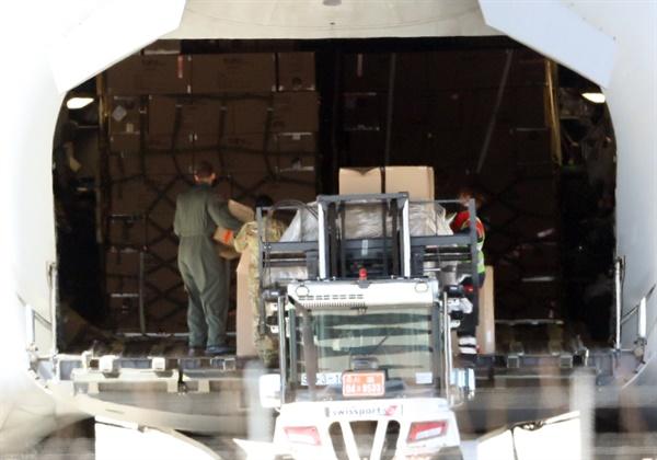 인천공항 착륙한 나토 수송기 27일 오후 인천공항에 북대서양조약기구 나토(NATO)의 C-17 글로브마스터 수송기가 루마니아로 출발하기 위해 대기하고 있다.  나토 수송기는 지난 25일 1차로 방호복을 싣고 루마니아로 떠났으며, 이날 2차로 방호복과 진단키트를 수송하기 위해 인천공항을 방문했다. 루마니아를 포함해 미국과 유럽 국가 29개국이 회원국으로 가입된 나토는 회원국 요청을 받으면 보유 자산을 활용할 수 있으며, 루마니아는 별도로 항공기를 보낼 여건이 되지 않아 나토의 수송기를 이용하는 것으로 알려졌다.
