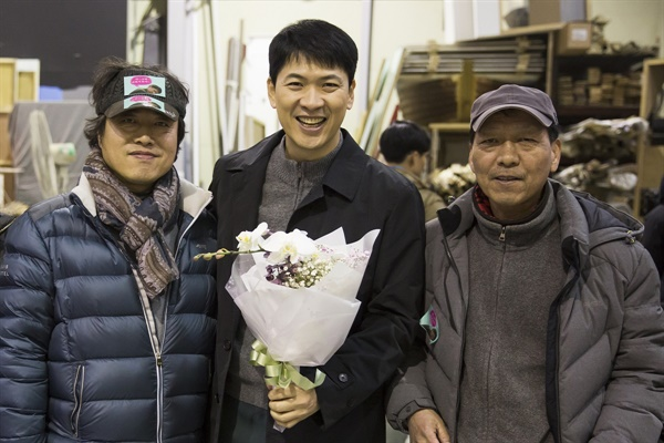 안훈찬 프로듀서(왼쪽)는 고 홍기선 감독(오른쪽)의 유작 <일급기밀>을 제작했다.
