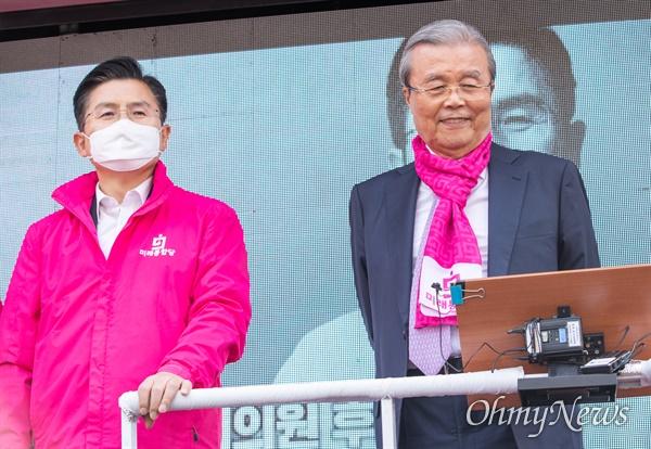종로에 출마한 미래통합당 황교안 후보와 지원에 나선 김종인 미래통합당 총괄선대위원장이 6일 오후 서울 종로구 구기동에서 유세를 하고 있다.