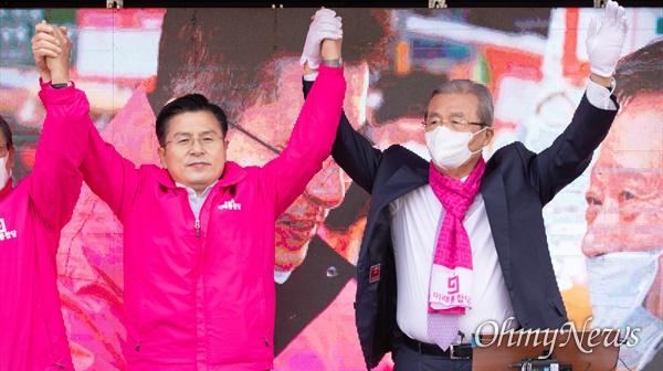 종로에 출마한 미래통합당 황교안 후보와 지원에 나선 김종인 미래통합당 총괄선대위원장이 6일 오후 서울 종로구 구기동에서 유세 도중 함께 손을 들어 올리고 있다.