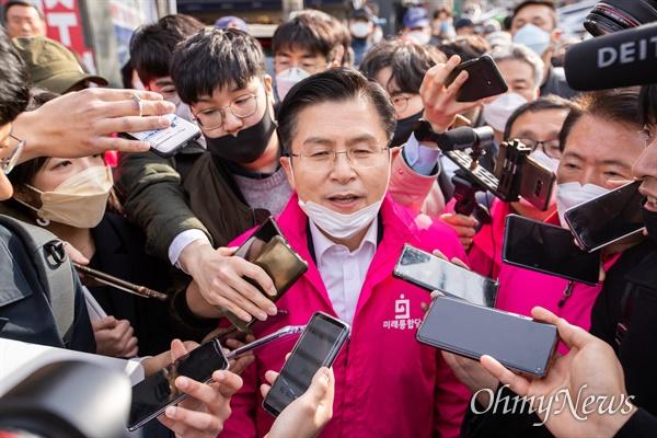 종로에 출마한 미래통합당 황교안 후보가 6일 오후 서울 종로구 구기동에서 유세를 마치고 기자의 질문에 답변하고 있다.