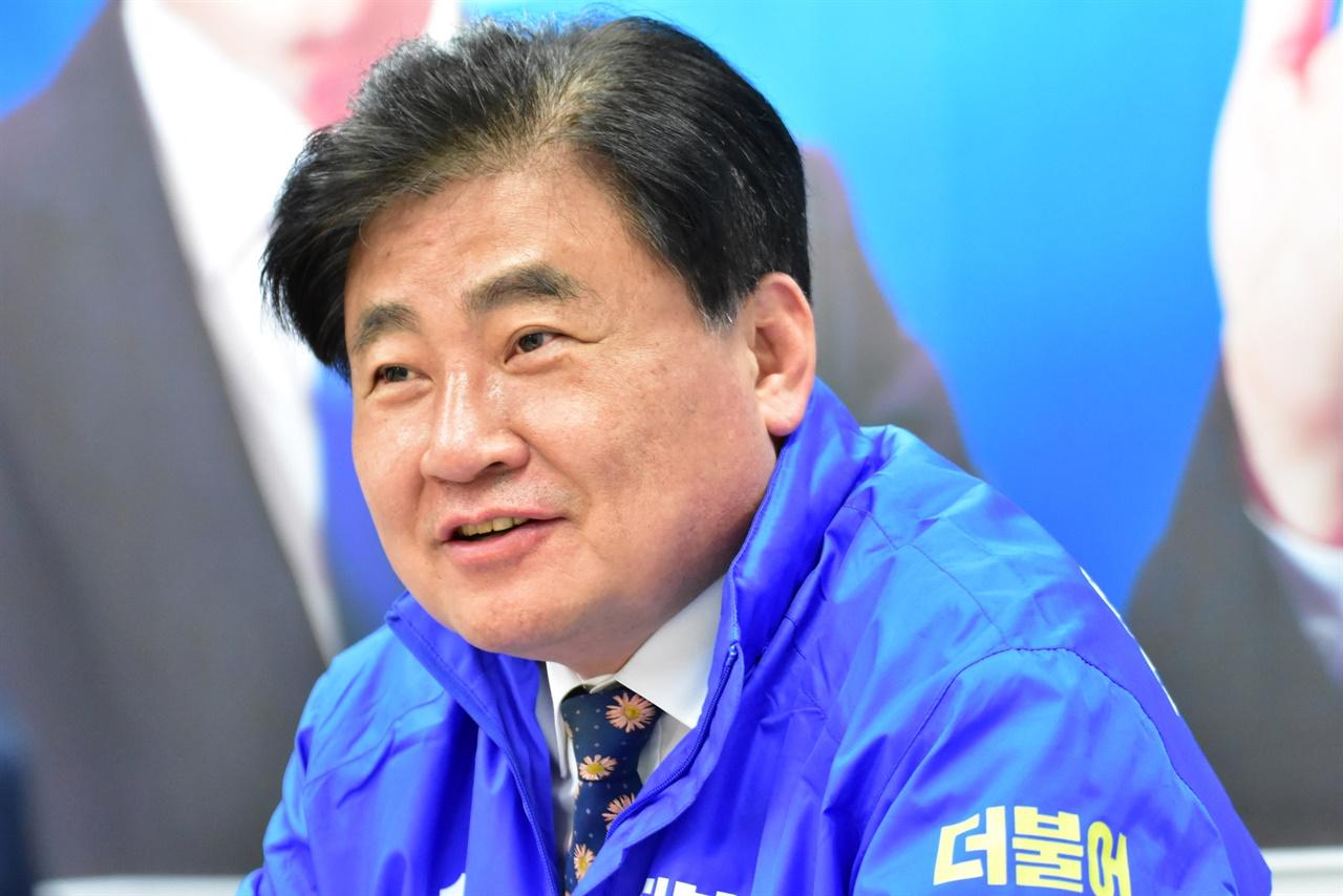 인터뷰를 통해 자신의 향후 계획을 밝히고 있는 더민주 광주갑 소병훈 후보