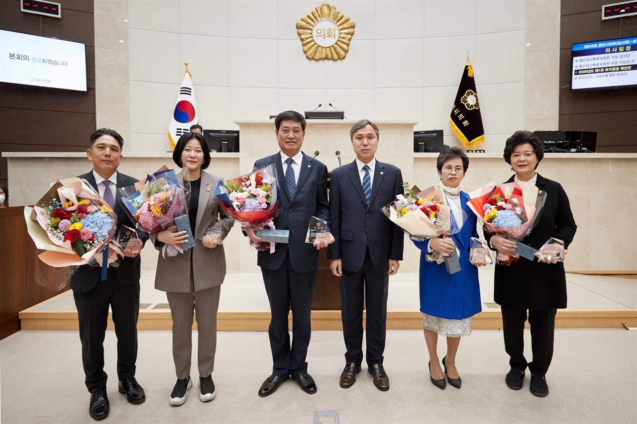 이건한 의장(왼쪽 4번째)과 의정활동 우수의원에 선정된 용인시 의원들 모습