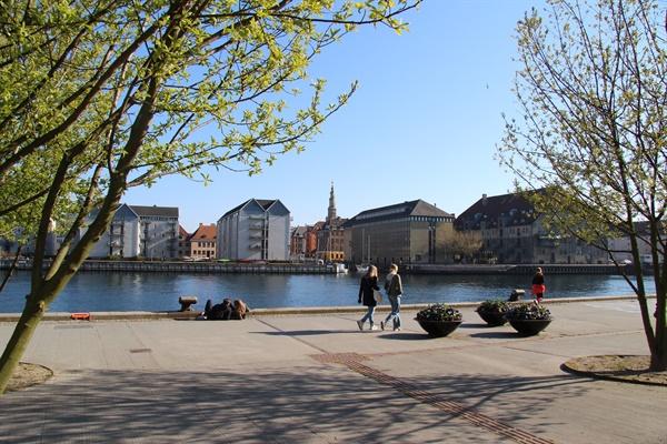 코펜하겐 시내 니하운 근처의 4월6일 풍경. 봄은 왔지만 시민들은 봄을 만끽하지 못하고 있다. (The landscape on April 6 near Nyhaun in Copenhagen.  Spring has come, but citizens are not enjoying it.)