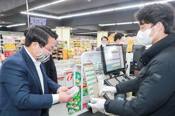 오세현 시장이 코로나19로 영업에 어려움을 겪는 지역 마트에 방문해 아산사랑 상품권으로 물건을 구입하고 있다.
