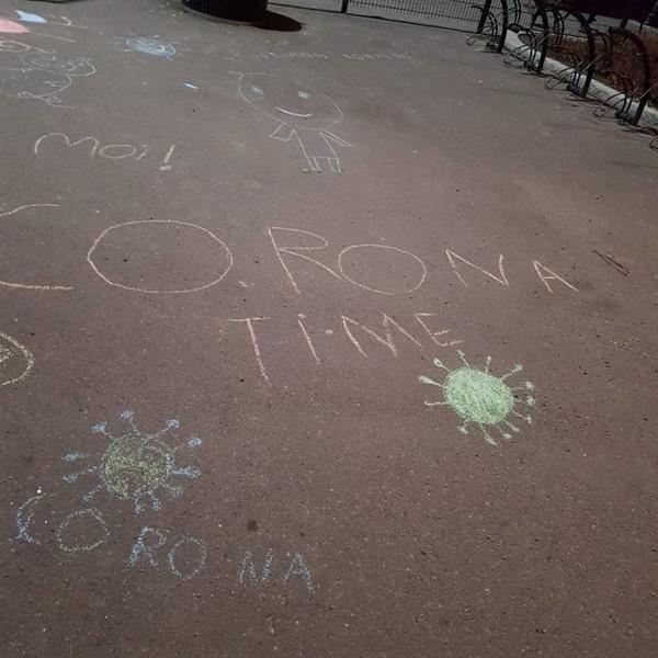 핀란드 헬싱키 학교 인근 운동장에 아이들이 분필로 그려 놓은 낙서.